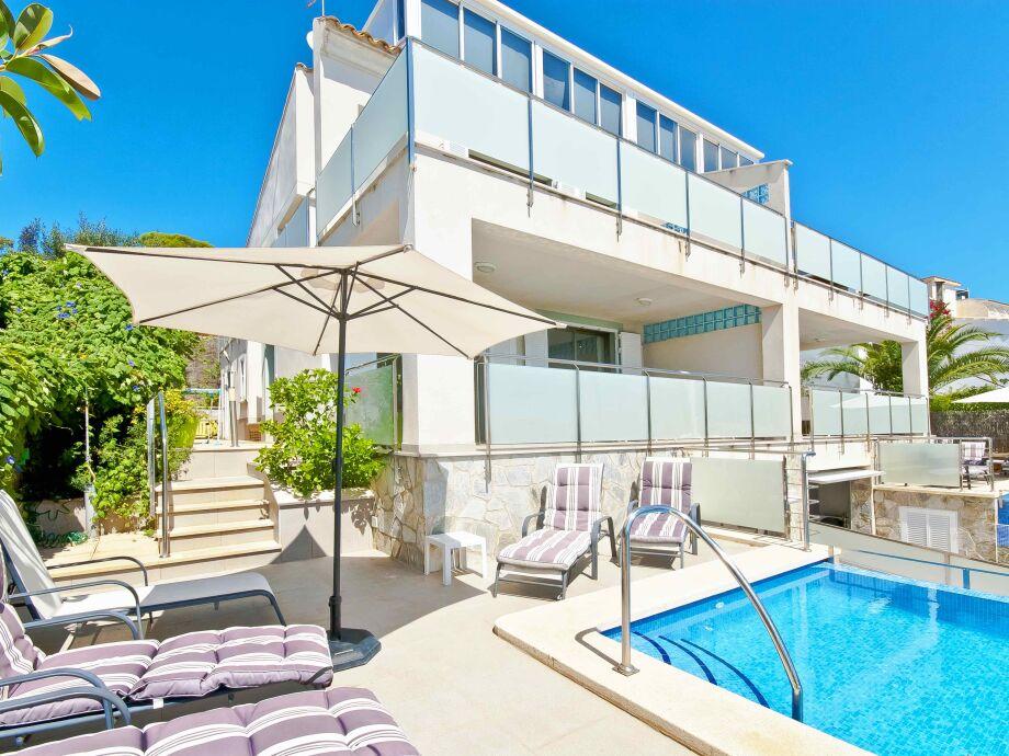 Blick auf das schöne, moderne Ferienhaus