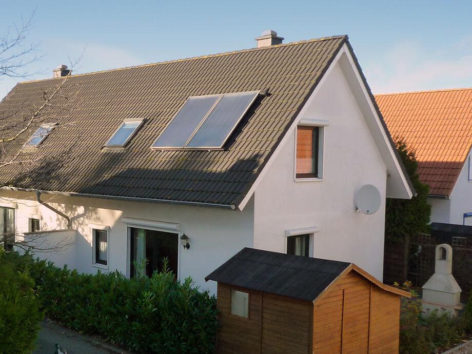 mit Solaranlage, Gartenhaus, Steingrill & Parkplatz