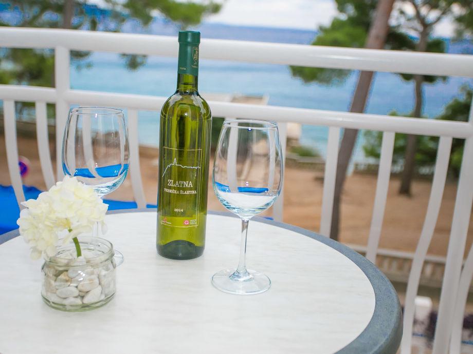 Entspannen Sie bei einem Glas Wein auf dem Balkon mit e