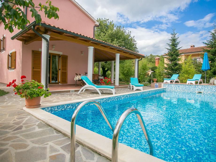 Villa mit Pool Außenansicht