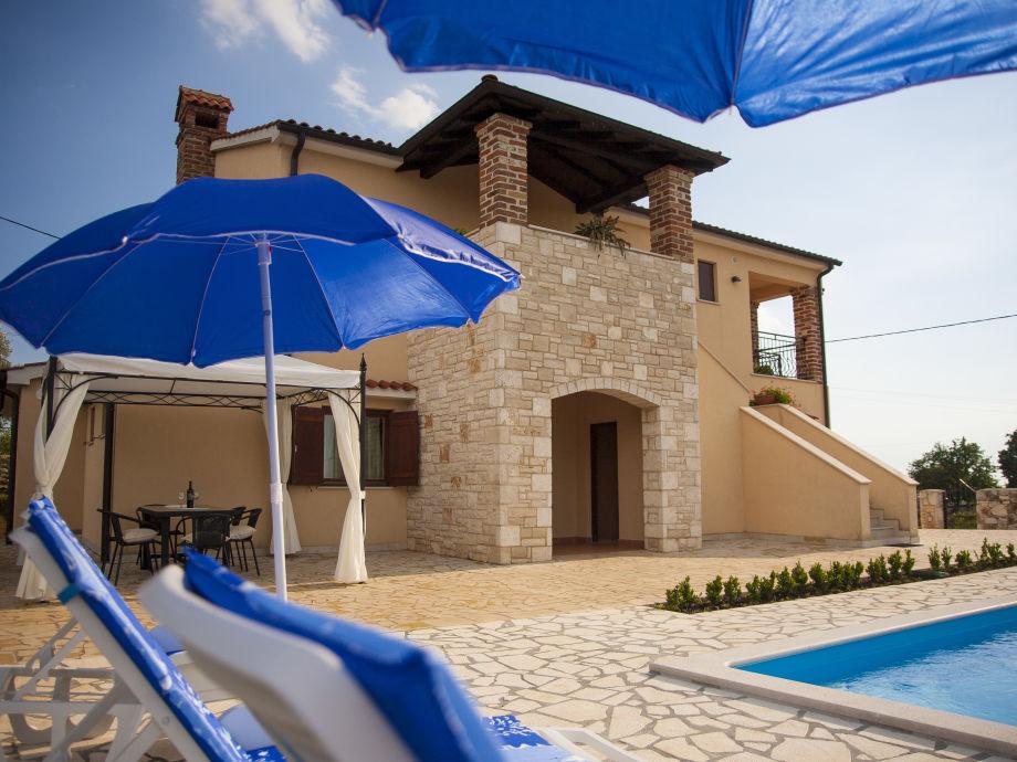Blick auf das Haus vom Garten und Swimmingpool