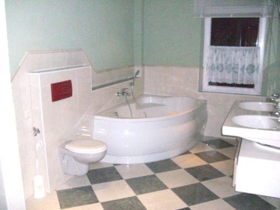 Das Badezimmer mit Eckbadewanne