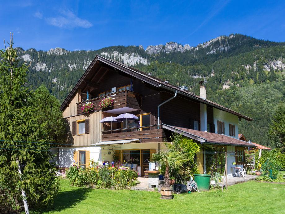 Haus mit Garten und Blick auf die Berge