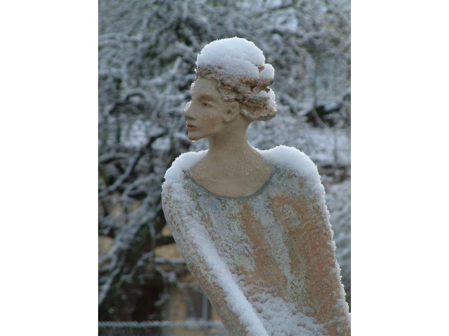 Skulptur auf der Mauer im Winter
