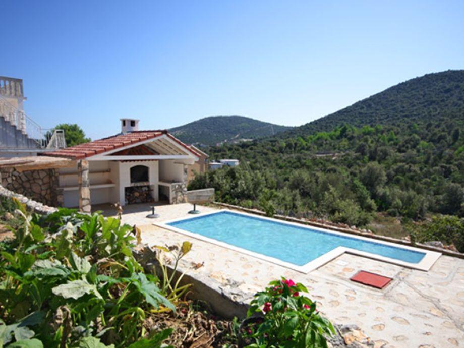 Traumhafte Aussicht auf die Hügel und den Pool