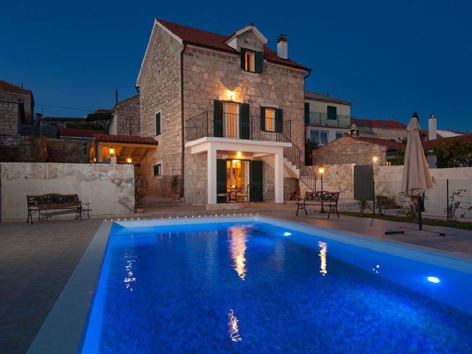 Außenaufnahme Steinhaus mit Pool