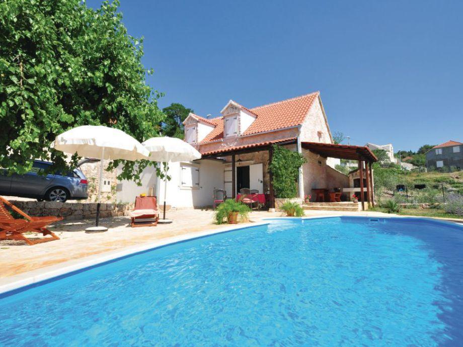 Außenaufnahme Rustikales Ferienhaus mit Pool