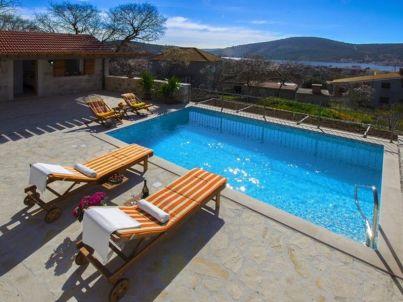 Ferienhaus aus Stein mit Pool