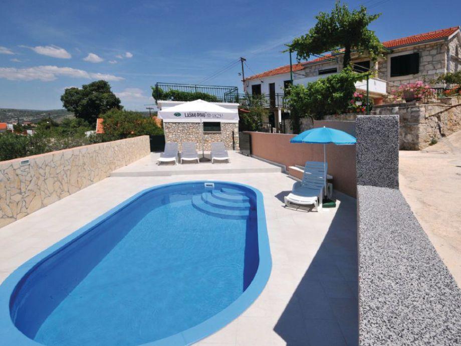 Außenaufnahme Traditionelles Ferienhaus mit Pool