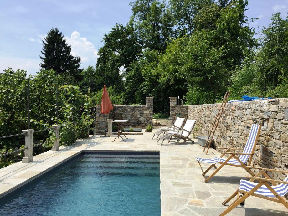 Ca. 7,5 m x 2,5 m großer Pool mit Liegebereich und Auße
