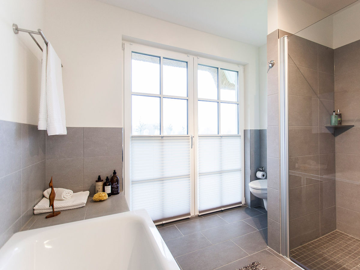 Moderne Badezimmer Mit Dusche Und Badewanne : Modernes Badezimmer mit einer Dusche und einer Badewanne Duschbad mit