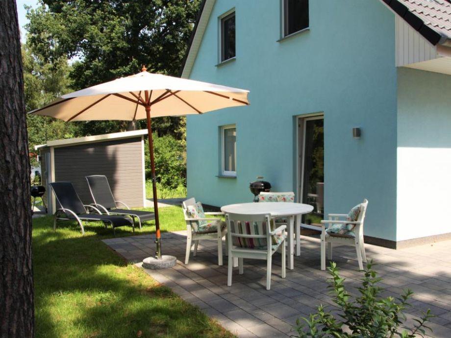 Garten mit Sitzgelegenheiten und Sonnenliegen