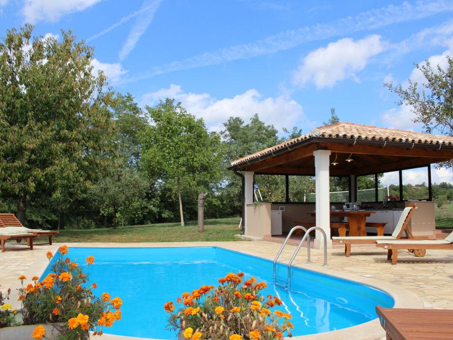 Swimmingpool mit Sommerküche