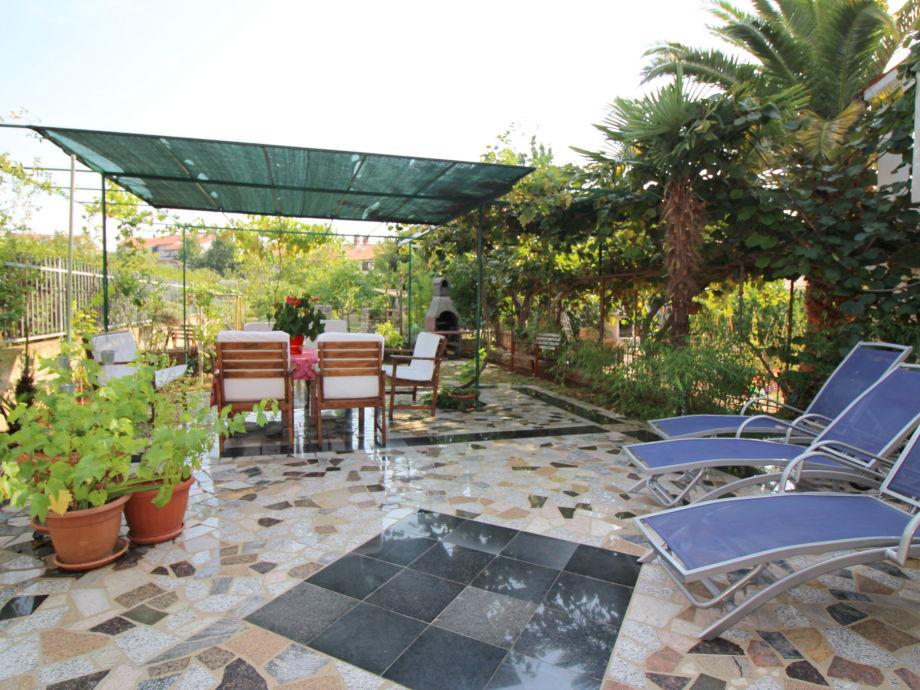 Garten mit Grill und Liegen