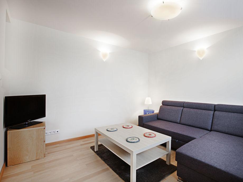 Wohnzimmer mit fernseher grau holz - Wohnzimmer mit grau ...
