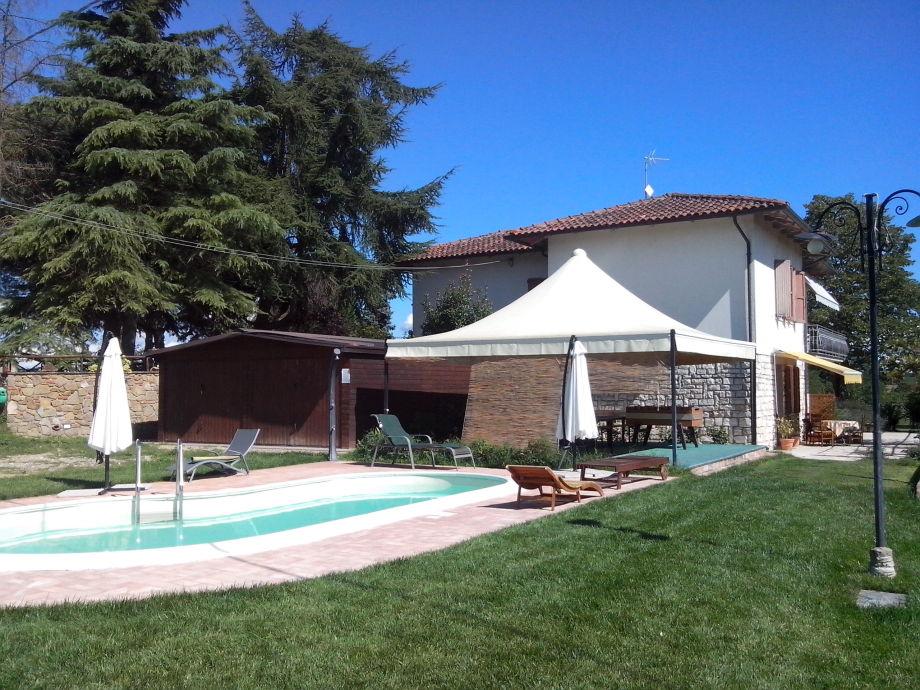 Ferienhaus mit Pool im Grünen