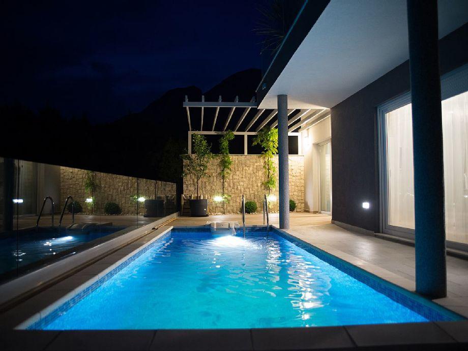 Swimmingpool am Abend