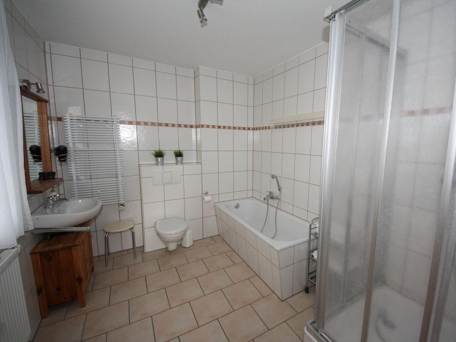 badewanne und dusche in einem kosten raum und. Black Bedroom Furniture Sets. Home Design Ideas