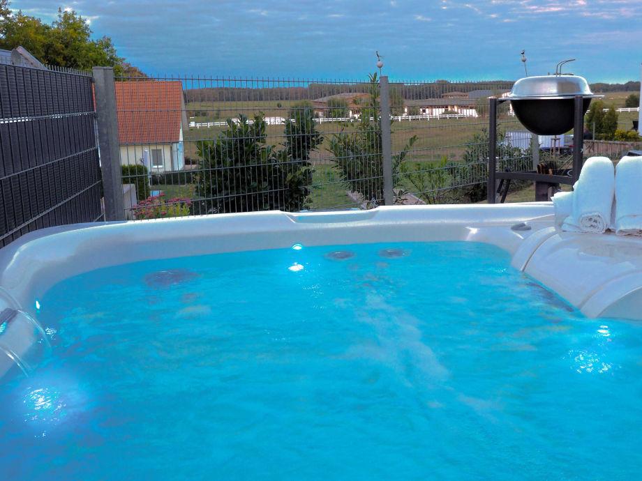 Eigener Außenwhirlpool (ganzjährig 38 °C)