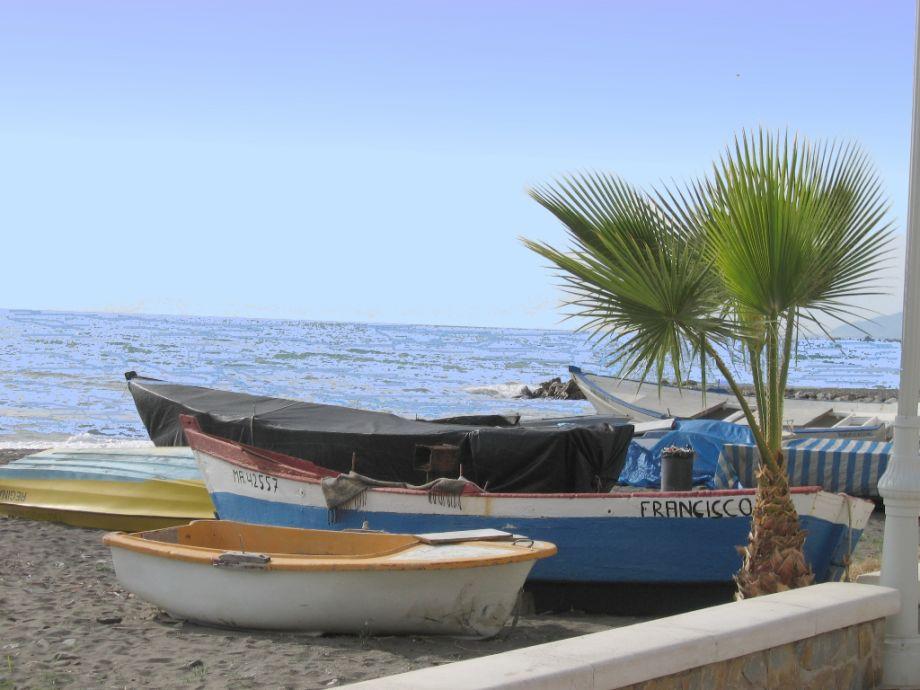 Fischerboote am Strand von Mezquitilla