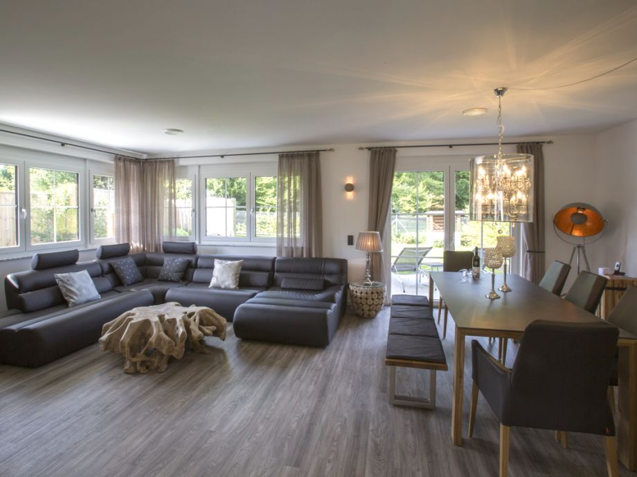 Wunderschönes Wohnzimmer mit modernen Möbeln