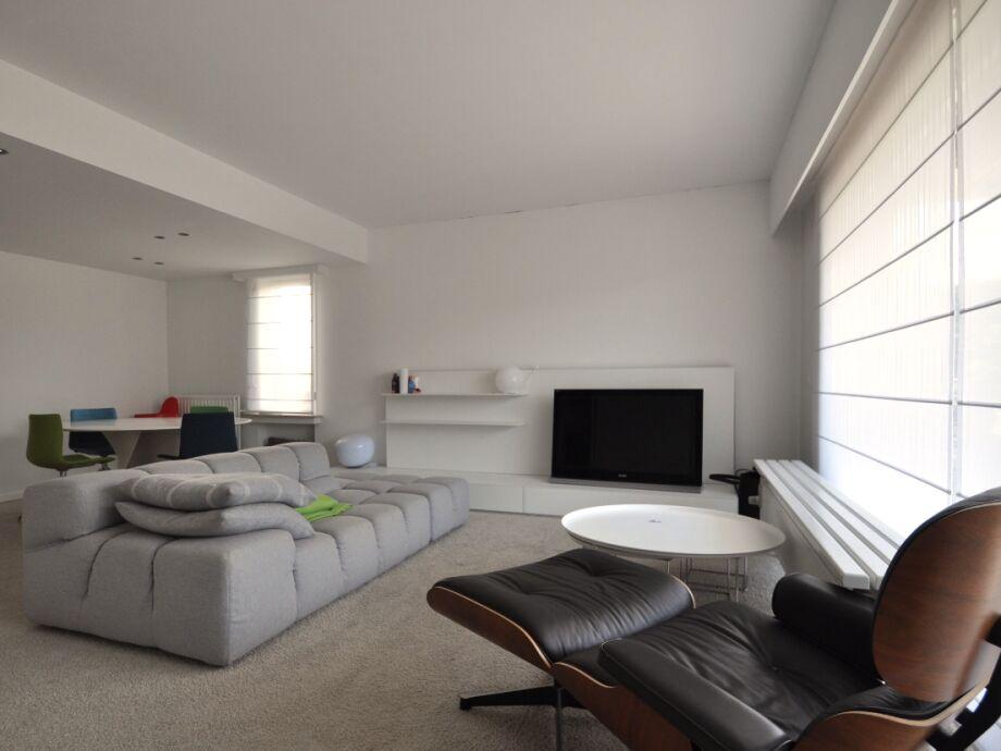 Der helle Wohn-, Essbereich mit großem TV
