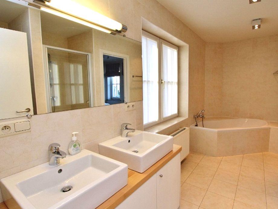 Das schöne Badezimmer mit Badewanne und Dusche