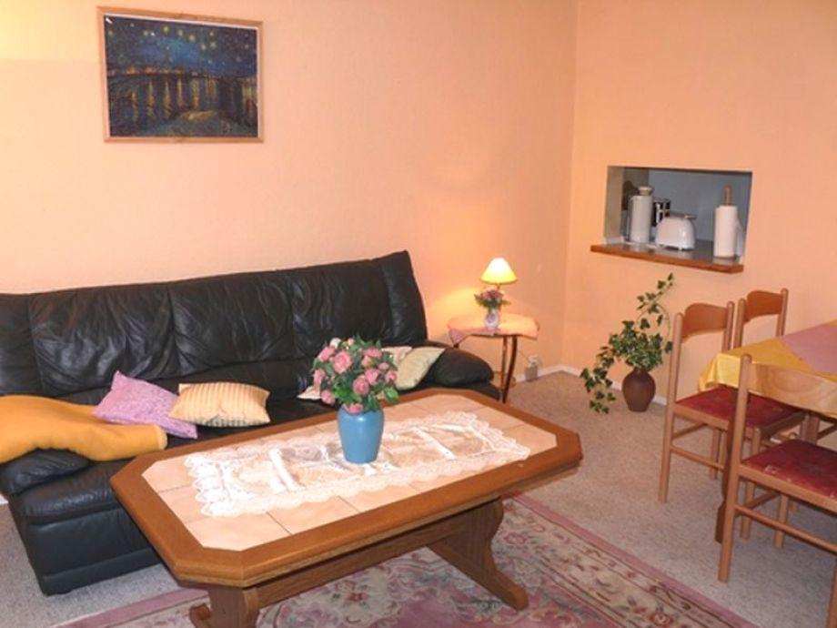 Das gemütlich eingerichtete Wohnzimmer mit Esstisch
