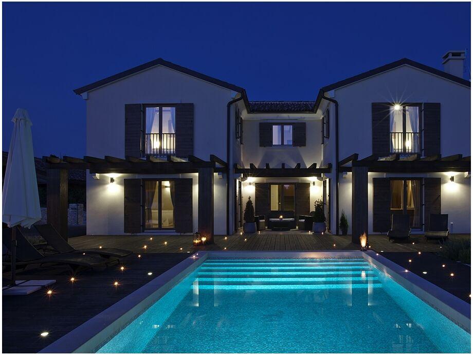 Außenansicht der Villa Santi mit Pool
