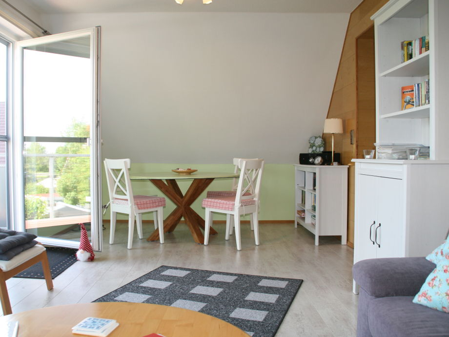 Wohnraum mit Essecke, Balkontüre