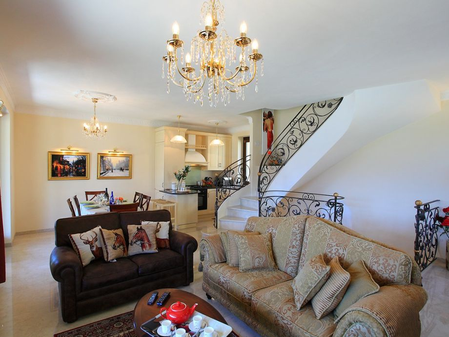 Wohnbereich mit komfortablen Sofas