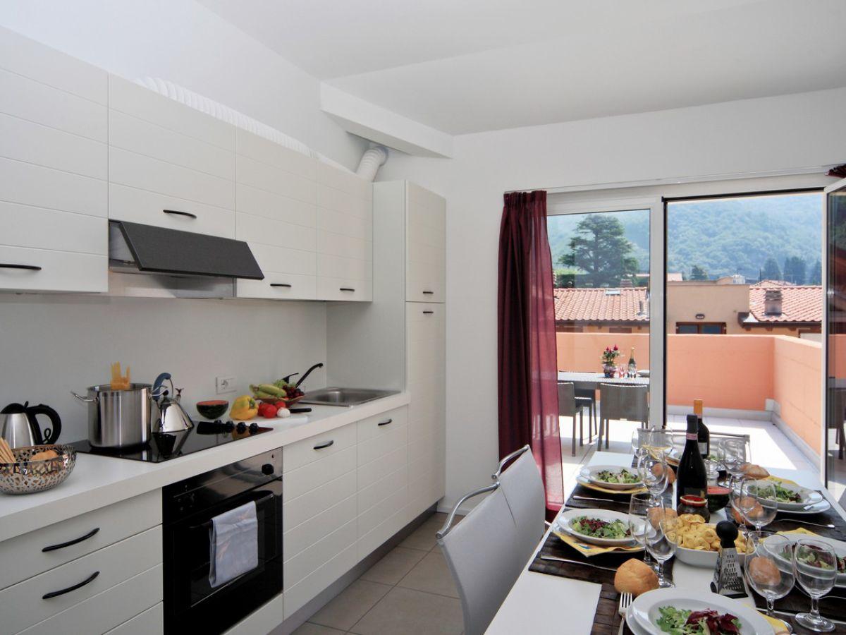 Holiday apartment golfo del sole erica 4 lago maggiore for Balcony kitchen