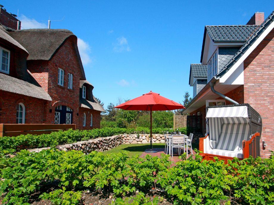 Terrasse ist mit einem typischen Friesenwall begrenzt.
