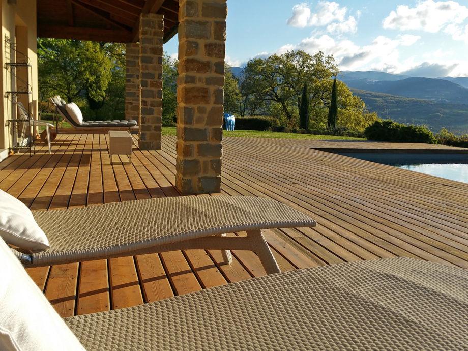Außenaufnahme Villa Chimera mit Pool in der Toskana