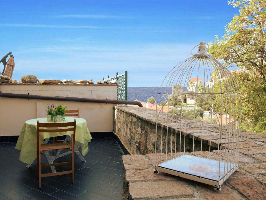 Geräumige Terrasse mit Sicht aufs Meer