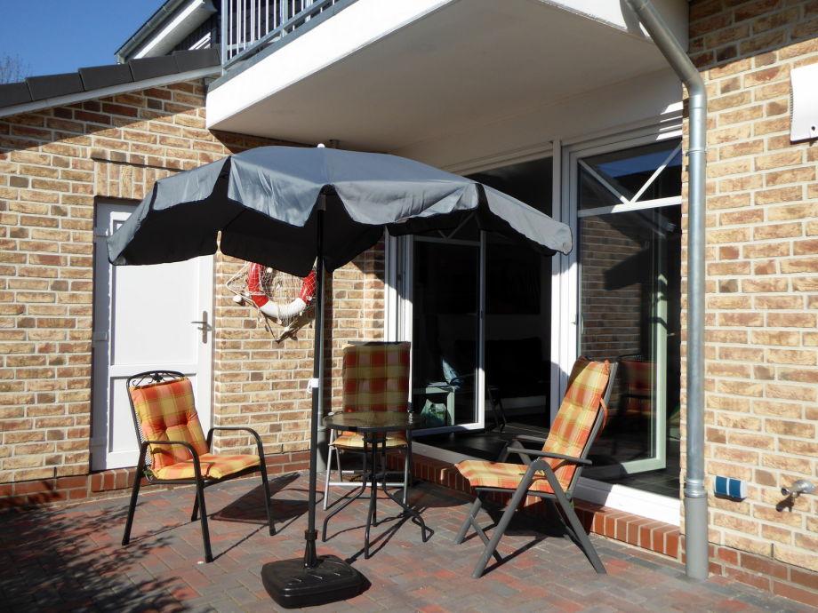 Terrasse mit Gartenmöbeln und Sonnenschirm