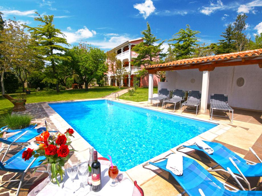 Villa Aurora, mit einem Pool, in einem schönem Garten