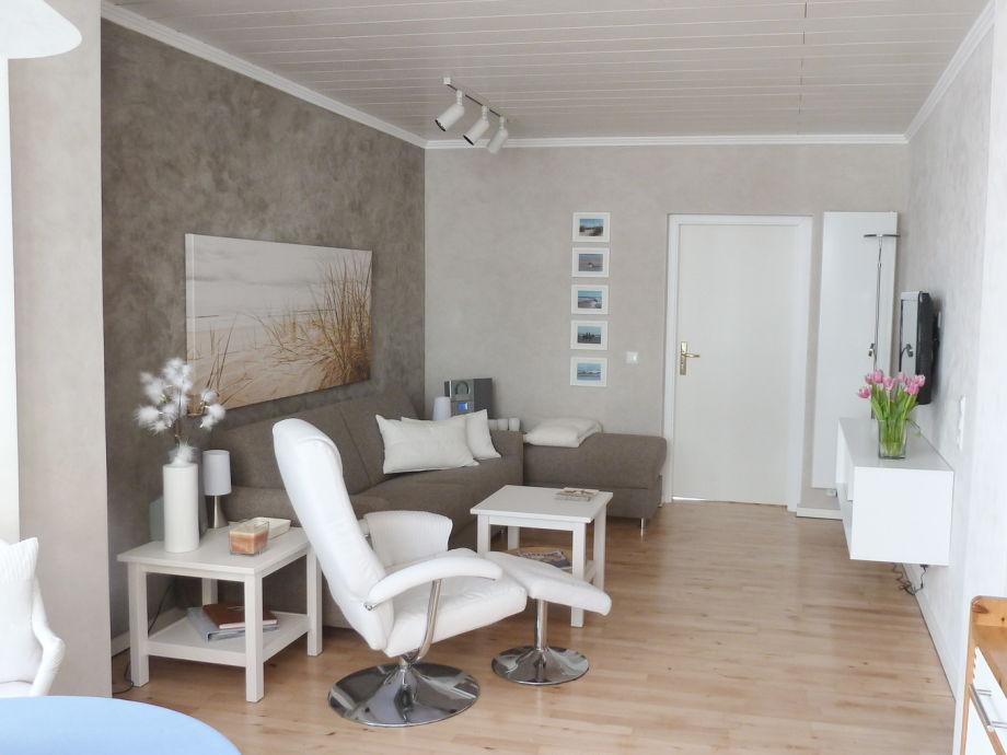 Wohnbereich mit Sessel, Sofa und TV