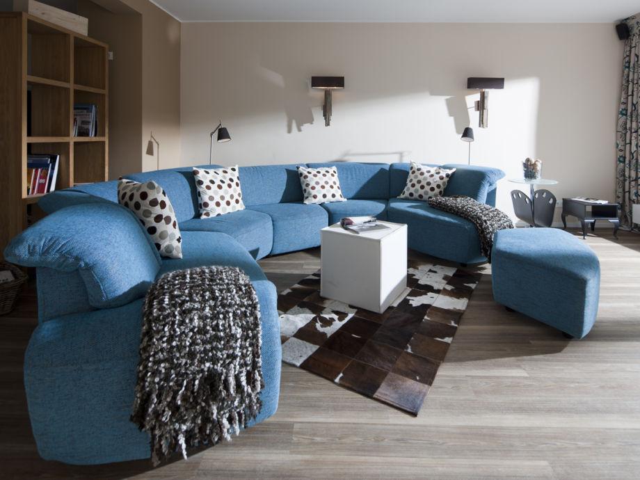Bequemes Designer-Sofa im großen Wohnzimmer