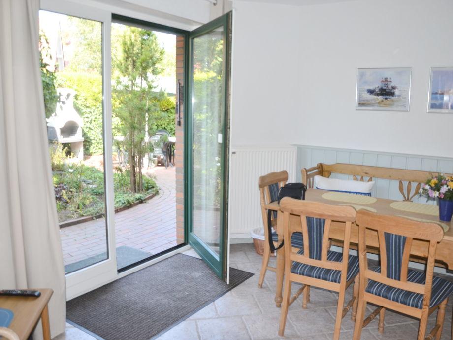 Essplatz mit Ausgang zur Terrasse/Grillecke