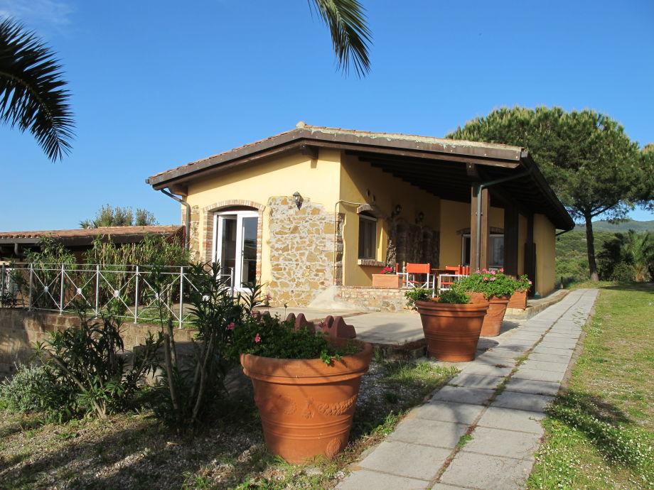 Hausansicht mit schattiger Terrasse