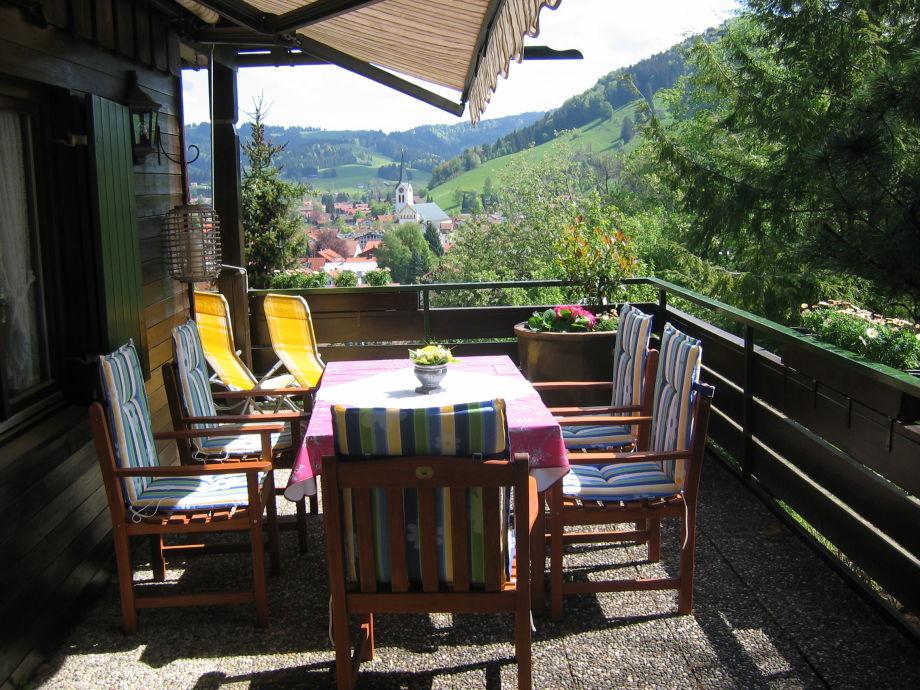 Balkon im Sommer mit Blick auf den Ort