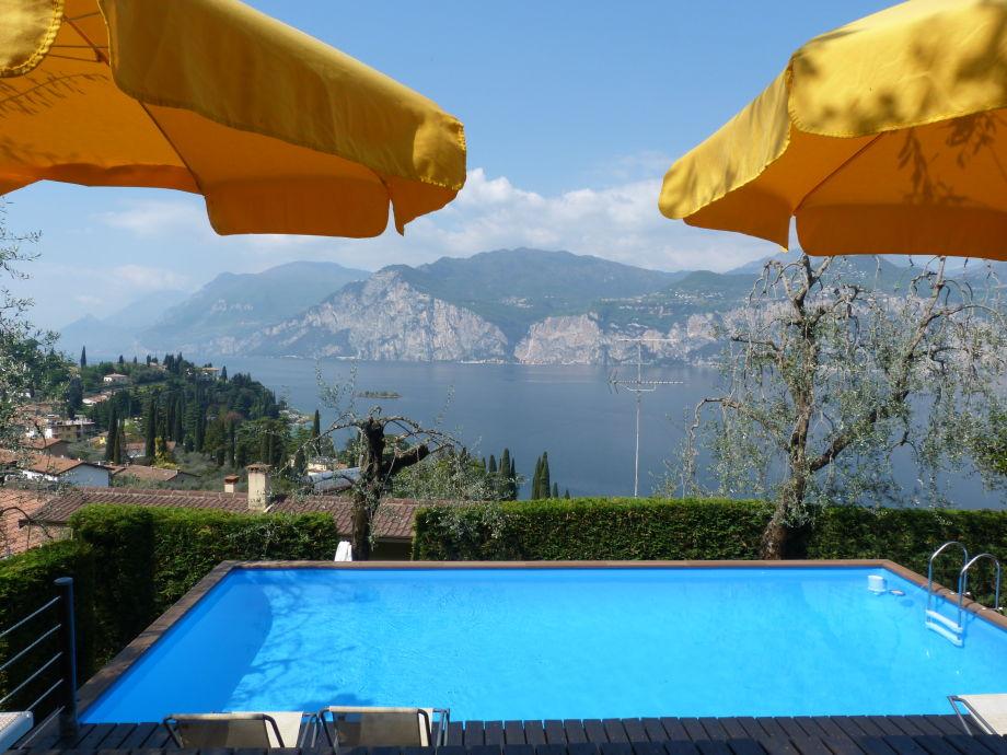 Schwimmbad im Garten mit herrlichem Seeblick