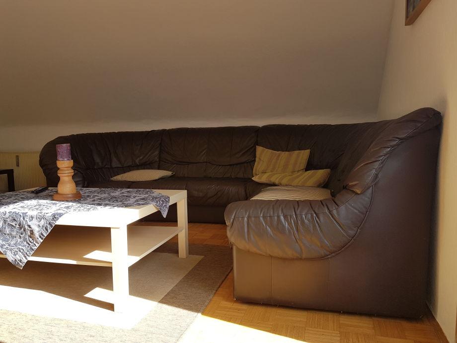 Eckledersofa mit Kuschelecke im Wohnzimmer