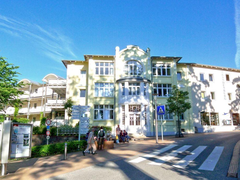 Die Residenz liegt zentral in unmittelbarer Strandnähe
