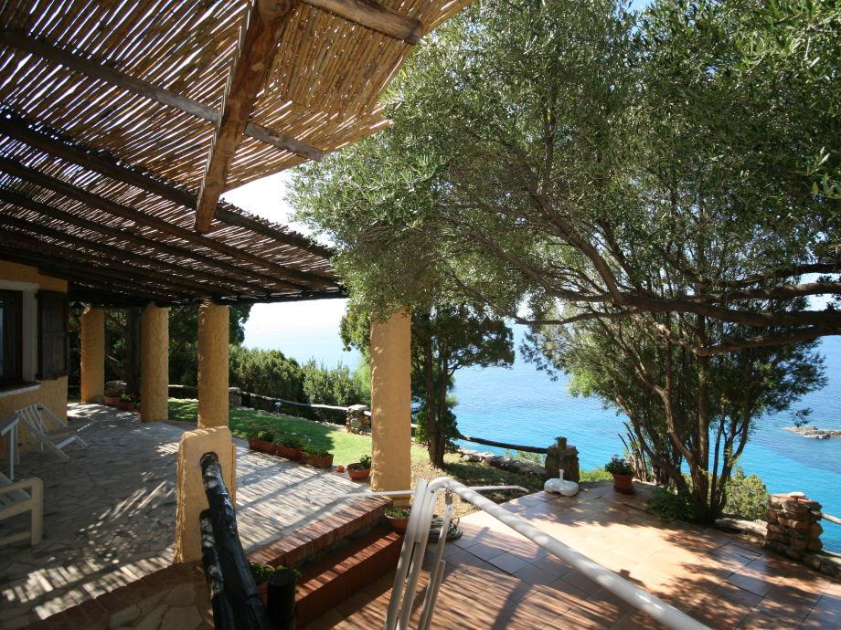 Dachterrasse mit Gartenmöbeln...