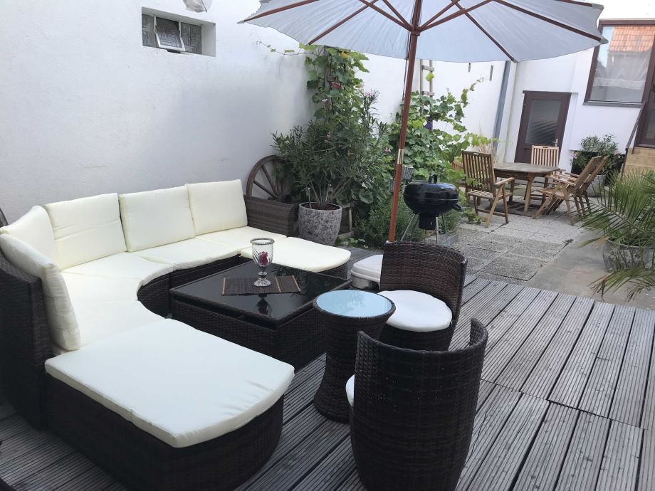 Innenhof mit Sitz- und Loungeecke