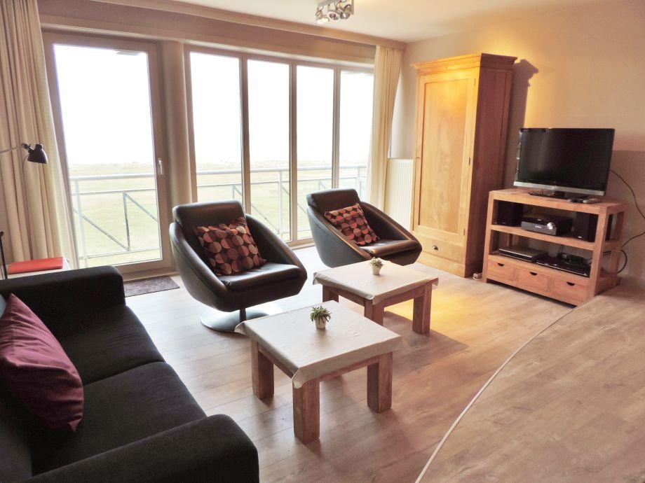 Das geräumige Wohnzimmer mit TV