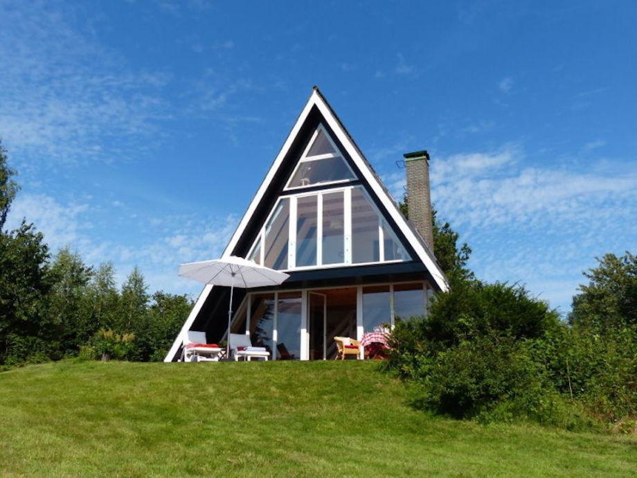 Glasfassade und sonnige Terrasse
