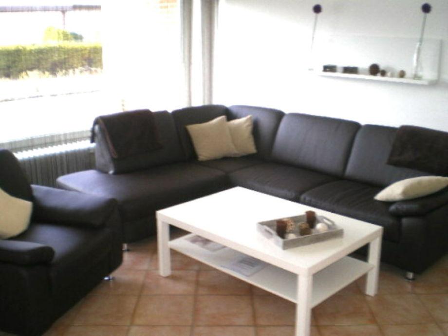 Heller Wohnraum mit Couch...